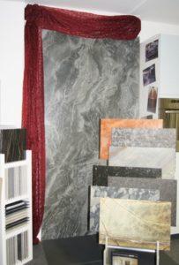 Die größte Fliese in unserer Ausstellung im Format 120 × 240 × 0,6 cm.